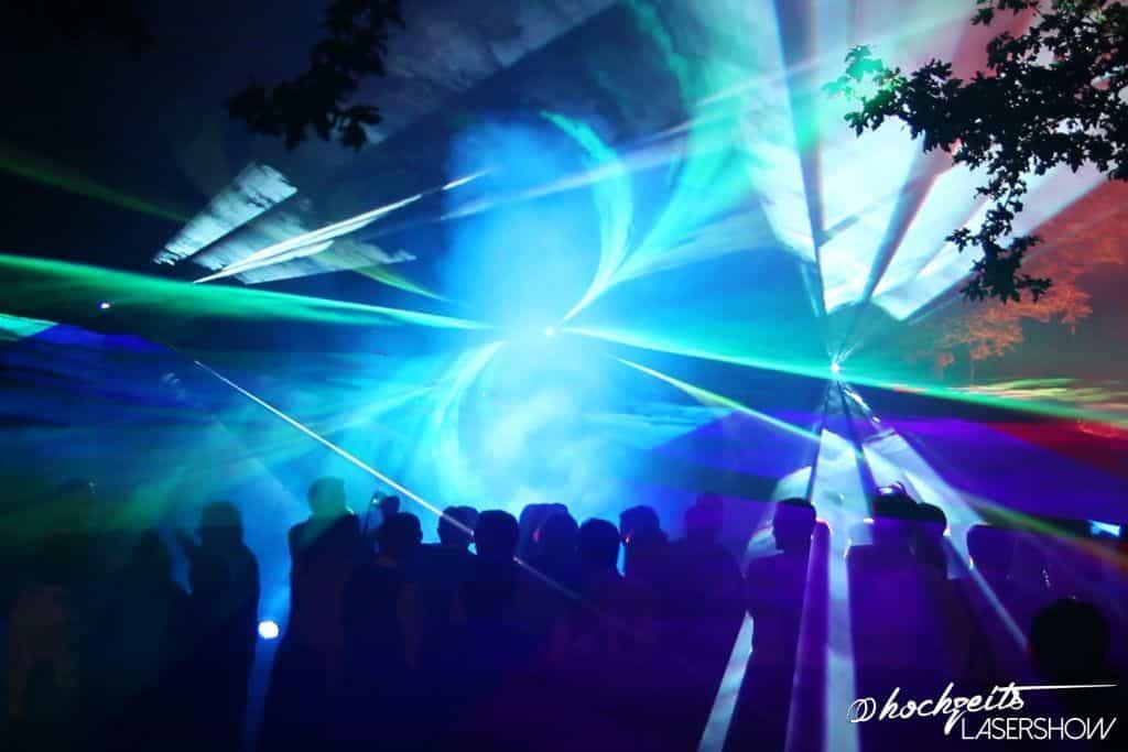 Effektshow für eine Hochzeitsfeier mit einem Laser