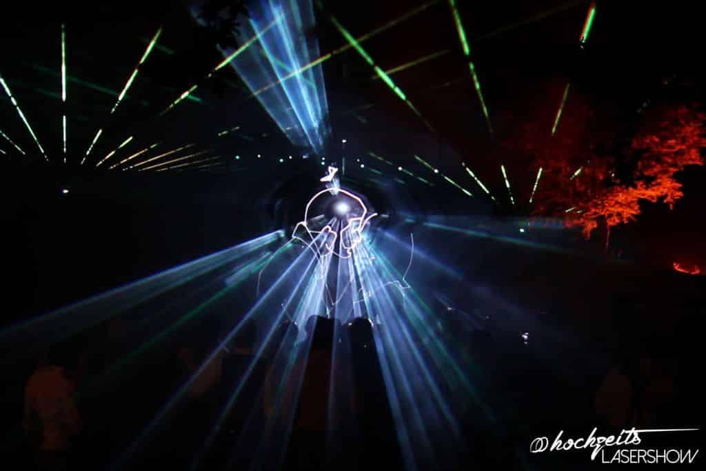 Kniefall Heiratsantrag in einer Lasershow dargestellt