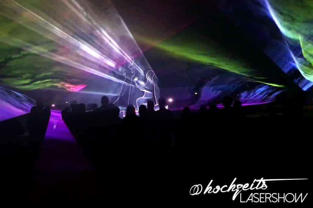 Trauring in einer Lasershow auf einer Hochzeitsfeier