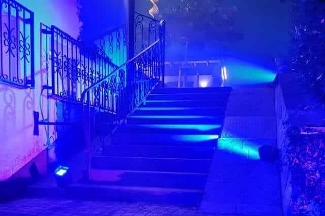 Hochzeitspaar im Licht einer Lasershow